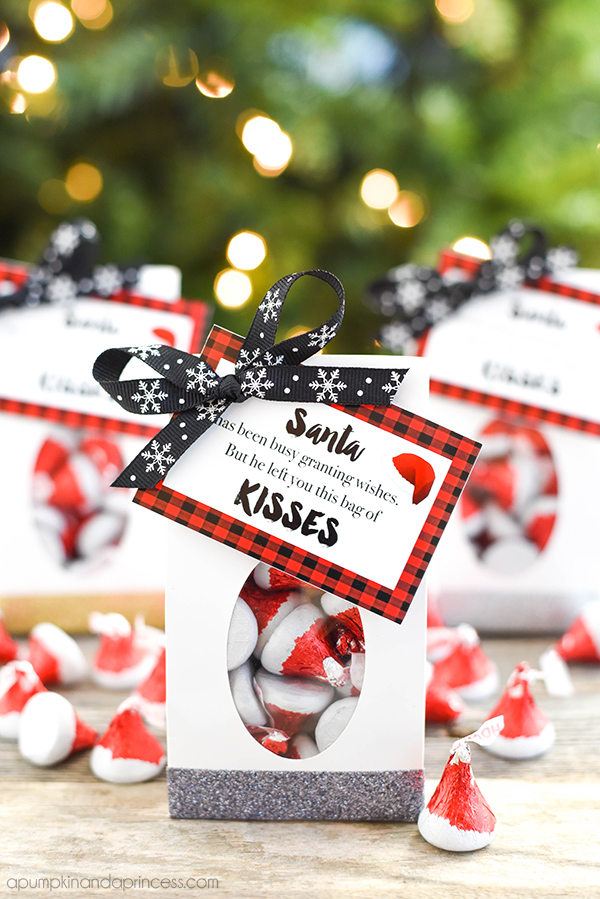 Santa KISSES Christmas treat bags with free printable gift tag