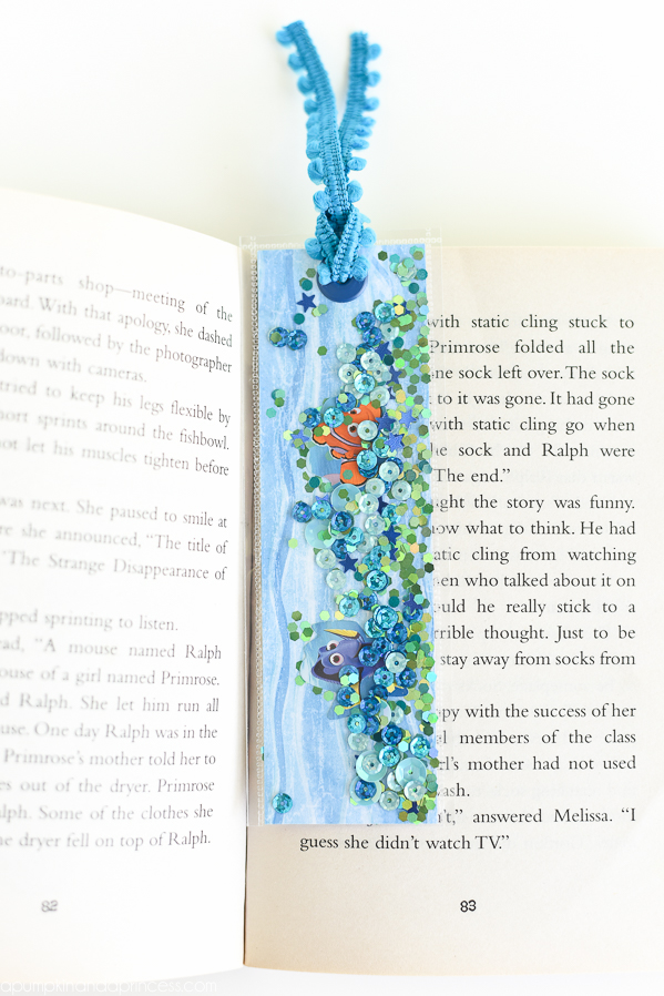 Finding Dory Bookmarks – DIY shaker bookmarks made with glitter, sequins, and Finding Dory stickers to create an ocean themed bookmark for kids. These also make a great Finding Dory party favor!