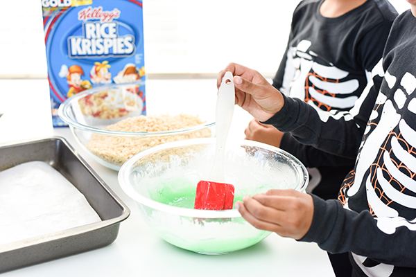Frankenstein Rice Krispies Treats –these Halloween treats are great for parties and Halloween movie nights!