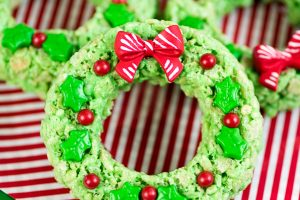 Rice Krispies Wreaths – a holiday spin on the classic Rice Krispies treats recipe. Kids will love these mini Rice Krispies wreaths decorated with holly leaves and berries.