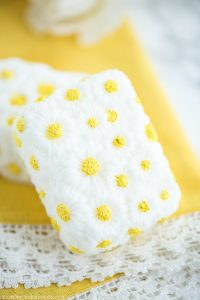 DIY Vanilla Chamomile Soap – this daisy soap made with vanilla and chamomile essential oils makes a great handmade gift!