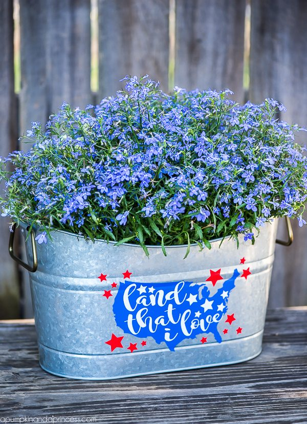 DIY Galvanized 4th of July Planter – add some patriotic décor to your porch this 4th of July with a custom made flower planter.