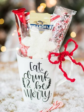 Hot Cocoa Christmas Mug Gift – create a hand lettered vinyl Christmas mug filled with hot cocoa and snowflake marshmallows.