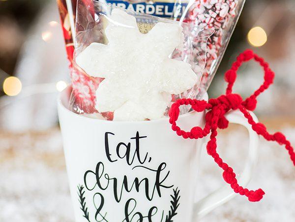 Hot Cocoa Christmas Mug Gift – create a hand lettered vinyl Christmas mug filled with hot cocoa and snowflake marshmallows.
