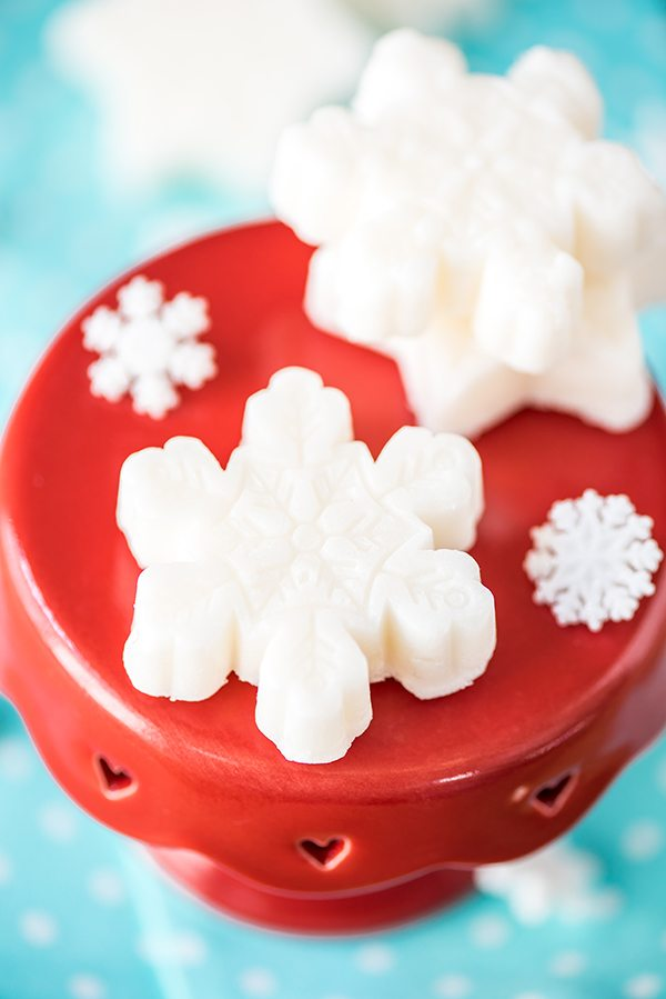 Peppermint Sugar Scrub Snowflake Cubes – how to make exfoliating sugar scrub cubes infused with peppermint essential oil. Great handmade gift idea under $5!