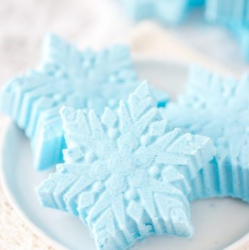 DIY Peppermint Snowflake Bath Bombs – how to make peppermint essential oil snowflake bath bombs. Great handmade gift idea for Christmas!