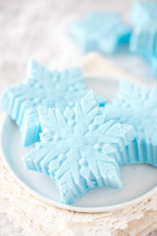 DIY Peppermint Snowflake Bath Bombs – how to make peppermint essential oil snowflake bath bombs. Great handmade gift idea for Christmas!