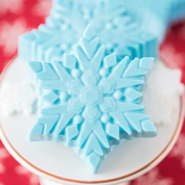 Snowflake OREO Cookies – chocolate covered Oreo cookies shaped into snowflakes. Great party idea for the holidays and a Disney Frozen party theme!