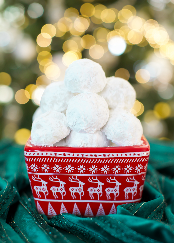 confectioners' sugar covered snowball cookies